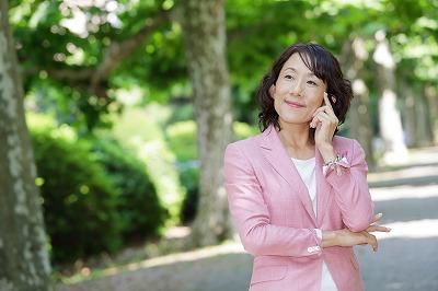 社長ピンクスーツ考えているポーズ.jpg