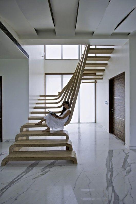 人と階段.jpg